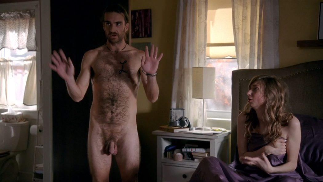 George Basil, desnudo integral, enseña el pene en 'Crashing'