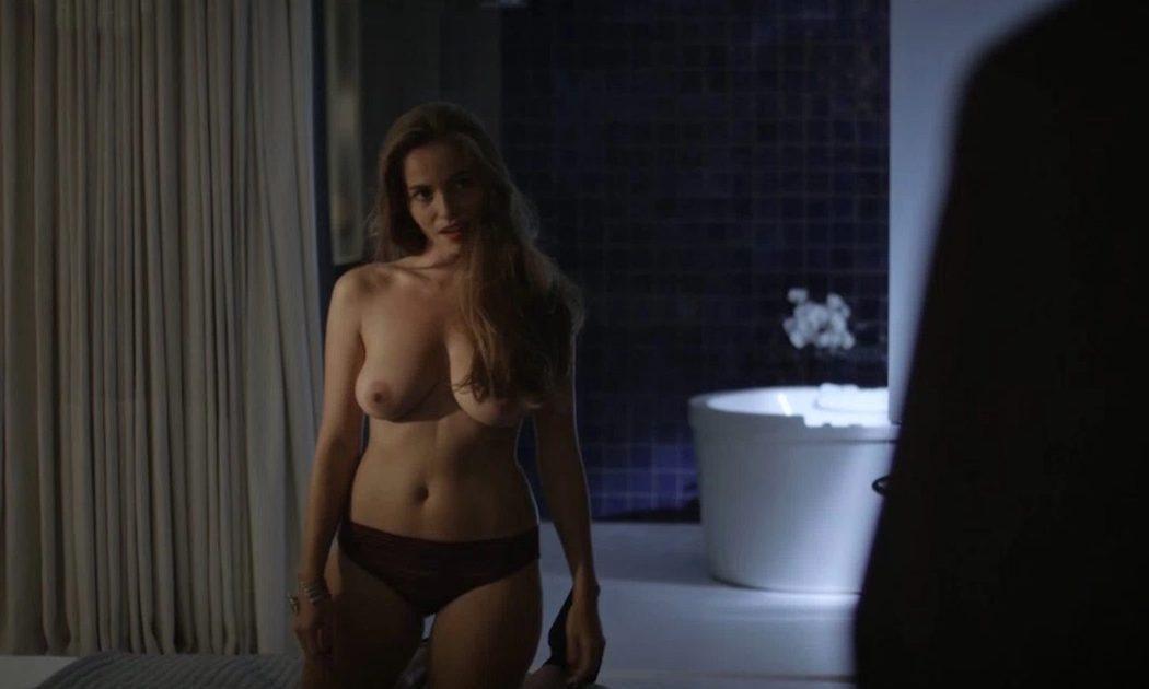 Alba José, desnuda, enseña las tetas en 'Sé quién eres'
