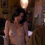 Jaime Murray, desnuda, enseña las tetas en 'Dexter'