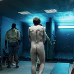 Richard Madden, desnudo integral, enseña el culo en 'Oasis'