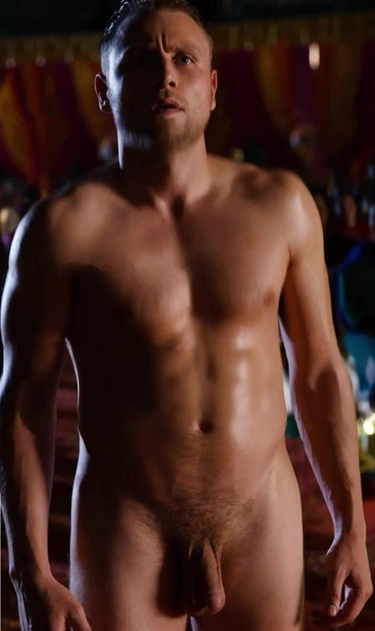 Max Riemelt, totalmente desnudo, enseña el pene en 'Sense8'