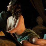 "Emilia Clarke ('Juego de Tronos'), completamente desnuda, enseña las tetas en ""Voice from the Stone"""