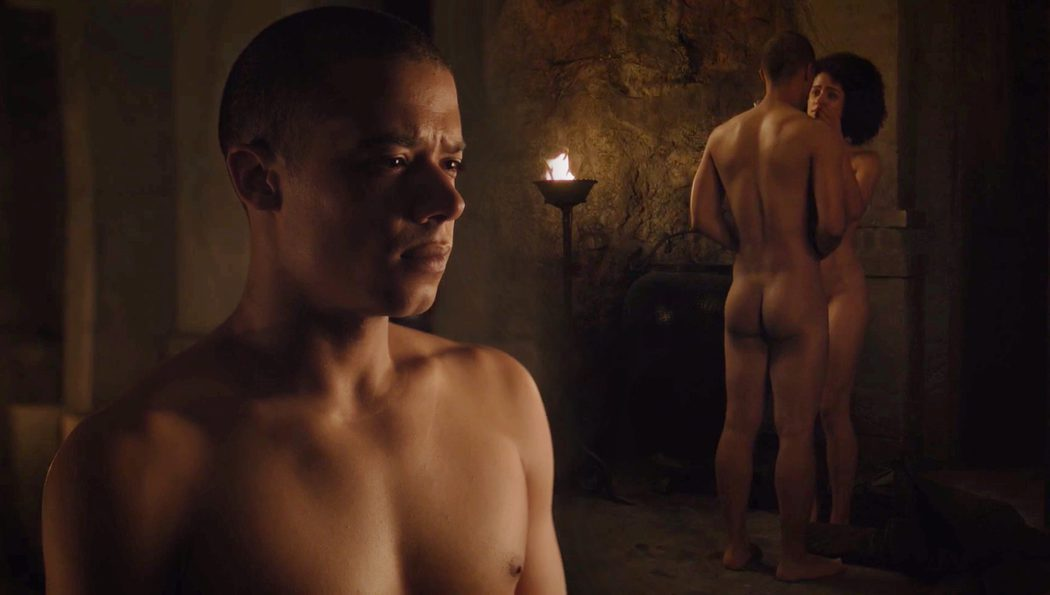 Jacob Anderson, completamente desnudo, muestra el culo en 'Juego de Tronos'