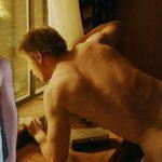 Boyd Holbrook, desnudo, muestra el culo en 'Narcos'