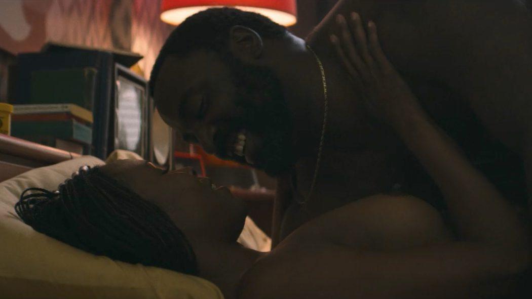 Sydelle Noel, desnuda, muestra sus pechos en 'GLOW'