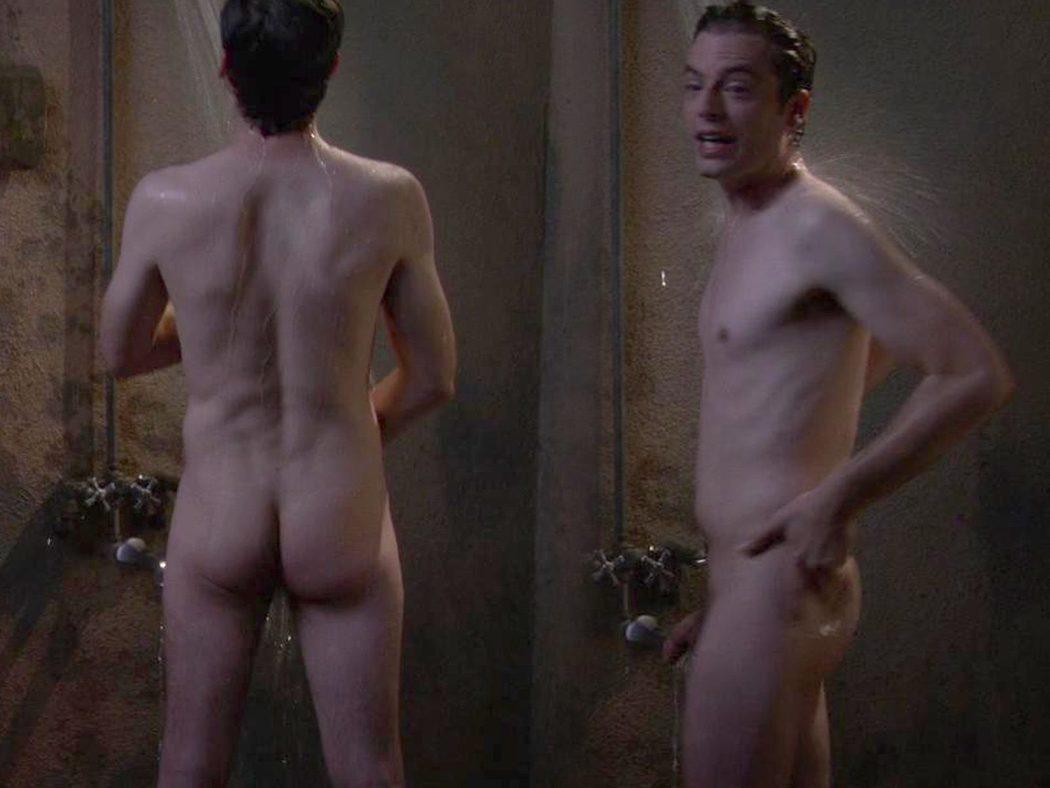 Justin Kirk, completamente desnudo, enseña el pene y el culo en 'Weeds'