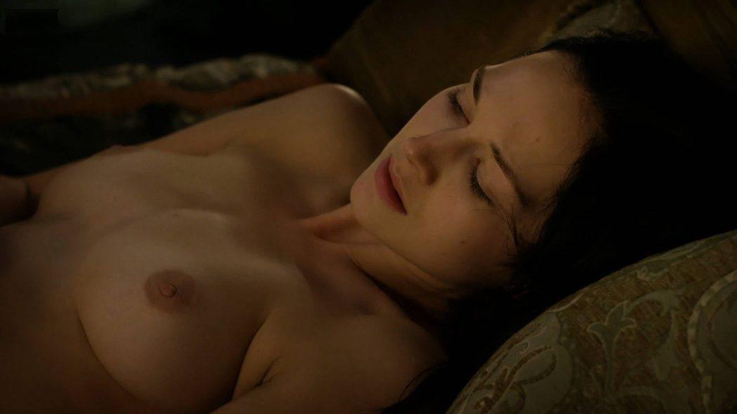 Hannah James, desnuda, muestra sus pechos en 'Outlander'