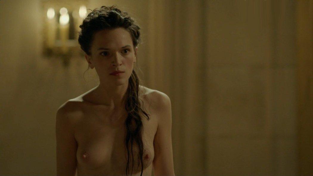 Anna Brewster, desnuda, enseña las tetas en 'Versailles'