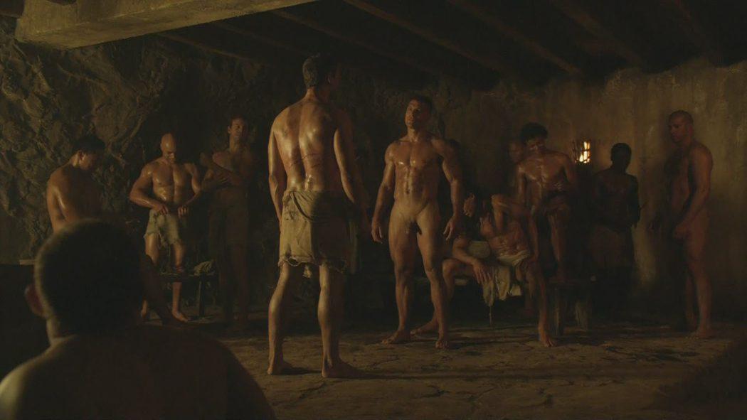 Manu Bennet, desnudo, muestra su pene en 'Spartacus: Sangre y Arena'