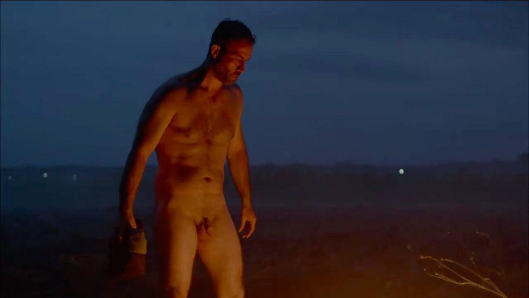 Serban Pavlu, completamente desnudo, muestra su pene en 'Umbre'