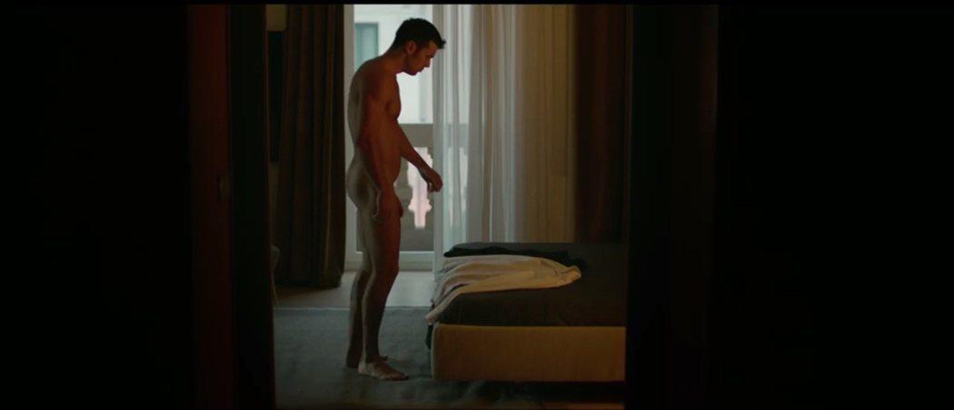 Mario Casas enseña el pene con este desnudo integral en 'Instinto'