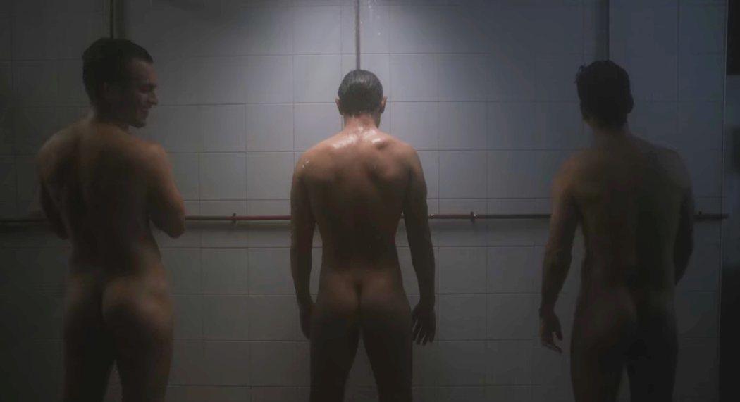Carlos Cuevas, desnudo en 'Alguien tiene que morir' de Netflix