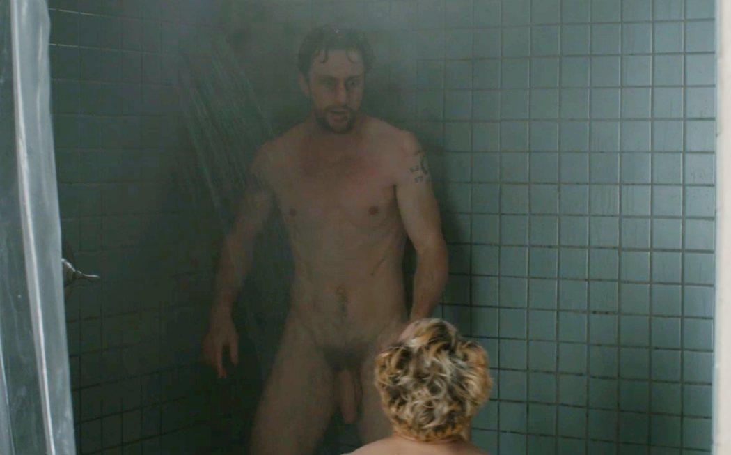 """Aaron Taylor-Johnson, desnudo integral, muestra el pene en """"En mil pedazos"""""""