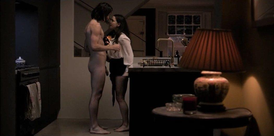 Jonathan Barnwell, totalmente desnudo en 'Industry', junto a la actriz Marisa Abela