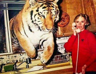 Tippi Hedren todavía vive con 13 o 14 tigres y leones según Dakota Johnson