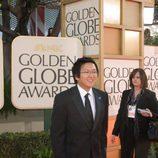 Masi Oka posa en la gala de los Globos de oro