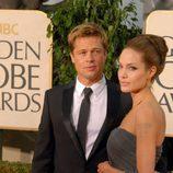 Brad Pitt y Angelina Jolie posan en la gala de los Globos de oro