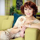 Estela Reynolds sentada en un sofá