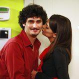 Macarena Gómez besa a Antonio Pagudo