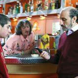 Enrique Pastor mira el móvil frente a su hijo en 'La que se avecina'