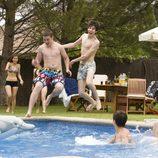Saltando a la piscina en 'Salto al vacío (2ª parte)'