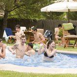 Fiesta en la piscina en 'Salto al vacío (2ª parte)'