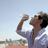 Josep Lobató bebe agua