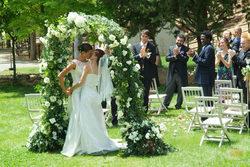 Pepa y Silvia se besan tras casarse