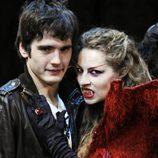 Yon González posa con una vampiresa en 'El circo de los Horrores'