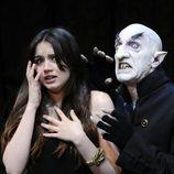 Ana de Armas junto a Drácula en 'El Circo de los Horrores'
