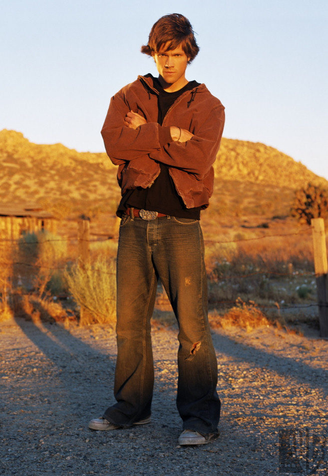 Jared Padalecki, brazos en cruz, interpreta a Sam Winchester en 'Sobrenatural'