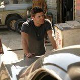 Jensen Ackles apoyado en un coche en 'Sobrenatural'