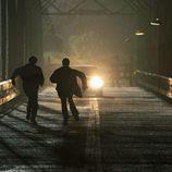 Los Winchester en un puente en Sobrenatural