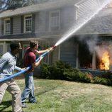 Skeet Ulrich y Rob Hawkins apagan un fuego