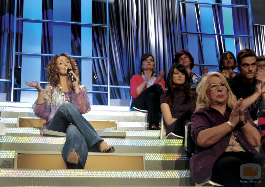 Emma García en la escalera de 'Mujeres y hombres y viceversa'
