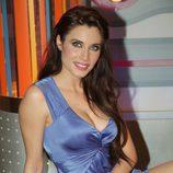 Pilar Rubio, sentada y con vestido morada, en la promo de 'Sé lo que hicisteis...'