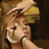 Esmeralda Moya se maquilla