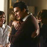 Balthazar Getty abraza a su hermana Walker en 'Cinco hermanos'