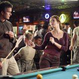 Sarah y Tommy Walker juegan al billar en 'Cinco hermanos'