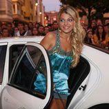 Thais Blume saliendo del coche