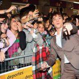 Óscar Sinela fotografiándose con los seguidores