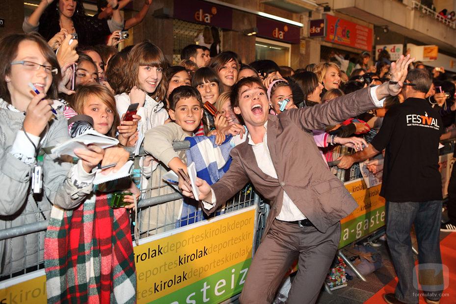 Óscar Sinela fotografiándose con los fans