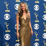 Kaley Cuoco de dorado en los Emmy 2009