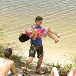 Julio coge a Paula en brazos