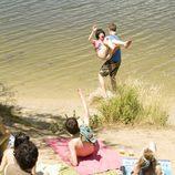 Julio se lleva a Paula al agua