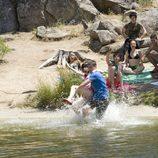 Julio tira a Paula al agua