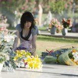 Paula en el cementerio llevando flores