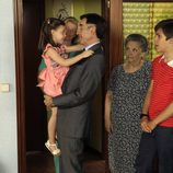 La familia Alcántara espera que Antonio sea diputado en 'Cuéntame cómo pasó'