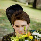 Quino con un ramo de flores