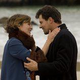 Victoria y el Padre Ángel en la playa